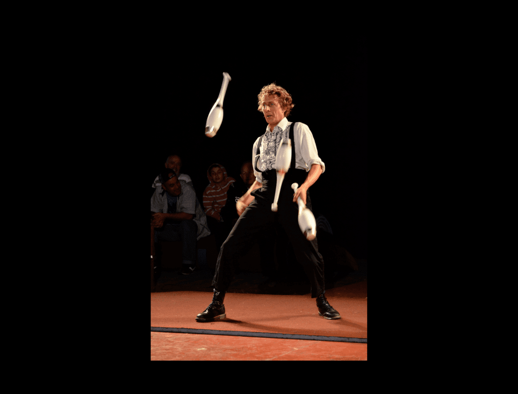 main juggling photo