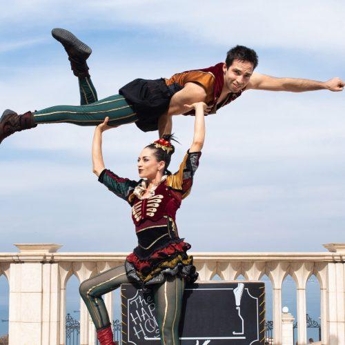 Duo Looky Circus Performers Acrobatics